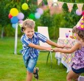 Deux petits enfants dansant la chanson à refrain Image stock