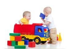 Deux petits enfants jouant avec des jouets de couleur photo stock