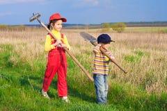 Deux petits enfants marchant avec des outils Images libres de droits