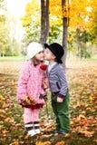 Deux petits enfants mignons datant avec la main se soulève sur l'épaule dans la PA d'autmn image stock
