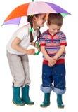 Deux petits enfants sous le parapluie Photographie stock libre de droits