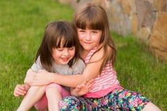 Deux petits enfants sur l'herbe Photos stock