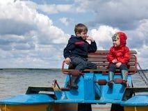 Deux petits enfants sur un catamaran Photo stock