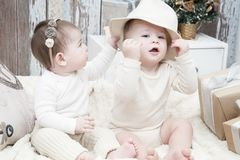 Deux petits enfants, un garçon et une fille dans des couches-culottes naturelles de tissu, s'envelopper naturel, tissus de coton  Photo libre de droits