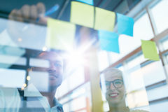 Deux petits entrepreneurs millenial créatifs travaillant à la séance de réflexion sociale de stratégie de media utilisant les not Photo stock