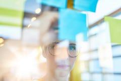 Deux petits entrepreneurs millenial créatifs travaillant à la séance de réflexion sociale de stratégie de media utilisant les not Photographie stock