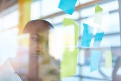 Deux petits entrepreneurs millenial créatifs travaillant à la séance de réflexion sociale de stratégie de media utilisant les not Image stock