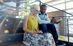 Deux petits entrepreneurs millenial créatifs travaillant sur la stratégie sociale de media utilisant un comprimé numérique tout e Photographie stock