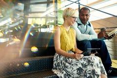 Deux petits entrepreneurs millenial créatifs travaillant sur la stratégie sociale de media utilisant un comprimé numérique tout e Photo stock
