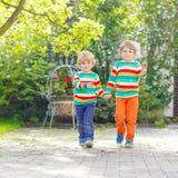 Deux petits garçons d'enfant d'enfant de mêmes parents dans l'habillement coloré Photo libre de droits