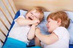 Deux petits garçons d'enfant en bas âge ayant l'amusement et le combat Images stock