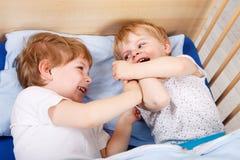 Deux petits garçons d'enfant en bas âge ayant l'amusement et le combat Photos stock