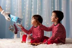 Deux petits garçons dans des pyjamas, attendant de Santa Claus, brin de Santa Photographie stock