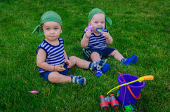 Deux petits garçons jouant dans les pêcheurs d'enfants en bas âge s'asseyant sur le fre photographie stock