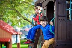 Deux petits garçons jouant ensemble et ayant l'amusement Famil de mode de vie photographie stock libre de droits
