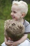 Deux petits garçons jouant et ayant l'amusement Image stock
