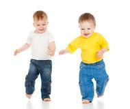 Deux petits garçons jouant le jeu et le fonctionnement Image libre de droits