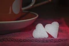 Deux petits morceaux de sucre sous forme de coeurs Images libres de droits