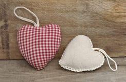 Deux petits oreillers de coeur Images stock