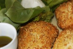 Deux petits pains de soja avec du mozzarella et l'huile d'olive dans une tasse Petit déjeuner convenable Photographie stock
