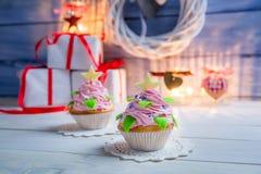 Deux petits petits gâteaux décorés pour Noël Image stock