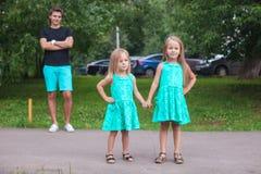 Deux peu de soeur de mode marchant ainsi que Photographie stock