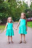 Deux peu de soeur de mode marchant ensemble dessus Photos libres de droits
