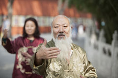 Deux peuples chinois pratiquant Tai Ji dans le costume traditionnel Photo libre de droits