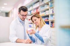 Deux pharmaciens travaillant dans une pharmacie photo libre de droits