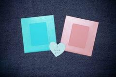 Deux photoframes et espaces pour le texte Thème romantique d'amour sur des jeans Photographie stock libre de droits