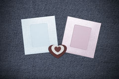 Deux photoframes et espaces pour le texte Thème romantique d'amour sur des jeans Photographie stock