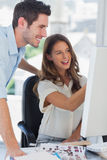 Deux photographes éditeur travaillant ensemble sur un ordinateur images stock
