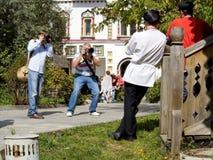 Deux photographes tirent poser des modèles dans des vêtements nationaux russes photo libre de droits