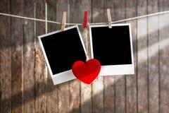 Deux photos instantanées en blanc accrochant sur la corde à linge Images libres de droits