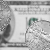 Deux pièces de monnaie de dollar en argent photo stock