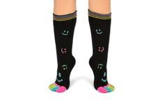 Deux pieds dans les chaussettes heureuses avec des orteils Image libre de droits