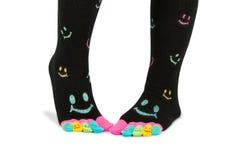 Deux pieds dans les chaussettes heureuses avec des orteils Images stock
