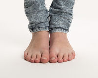 Deux pieds nus se tenant sur le plancher Photo libre de droits