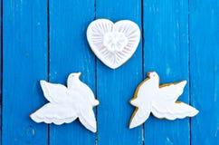 Deux pigeons blancs et un coeur Fond de turquoise fait de bois paix et amour Configuration plate Photos stock