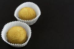 Deux piles de biscuits dans les paniers de papier sur le papier noir image libre de droits