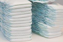 Deux piles de couches-culottes de bébé Photo stock