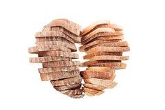 Deux piles de pain coupé en tranches dans une forme de coeur sur le fond blanc Photographie stock