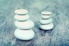 Deux piles de pierres blanches Photographie stock libre de droits