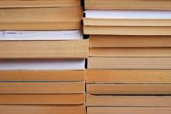 Deux piles des livres sur l'un l'autre Photographie stock libre de droits