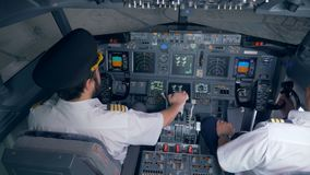 Deux pilotes sont prêts pour un vol dans un simulateur 4K banque de vidéos