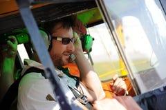 Deux pilotes testant la radio Photos libres de droits