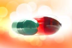 Deux pilules avec des vitamines Photographie stock