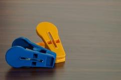 Deux pinces à linge en plastique sur le fond en bois de table Image libre de droits