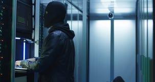 Deux pirates informatiques finissant l'entaille et échappant à une salle enfumée photo libre de droits