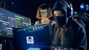 Deux pirates informatiques volent des données des serveurs banque de vidéos